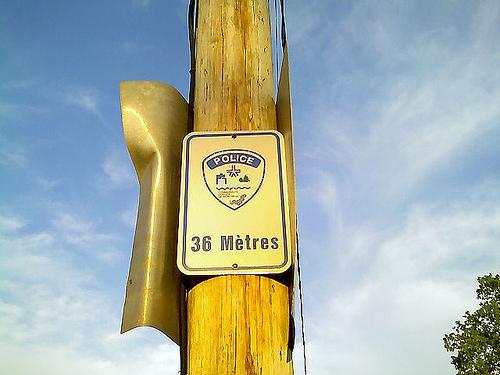 Un panneau de signalisation qui dit: Police: 36 mètres